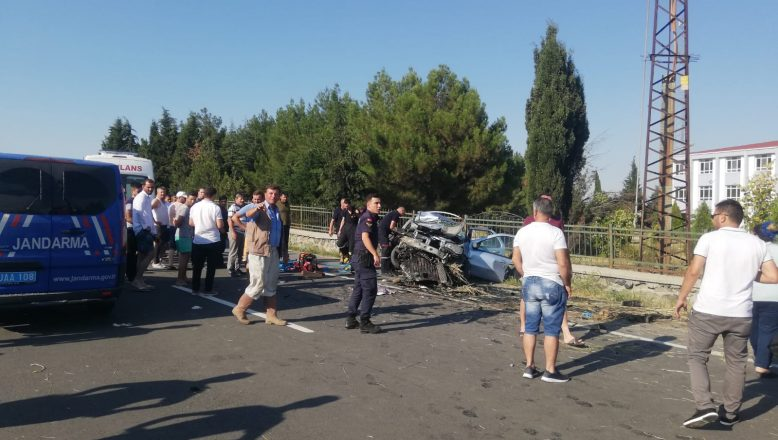 Otomobil duvara çarptı: 4 ölü, 2 yaralı