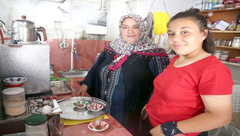 Köy kahvehanesine kadın eli değdi
