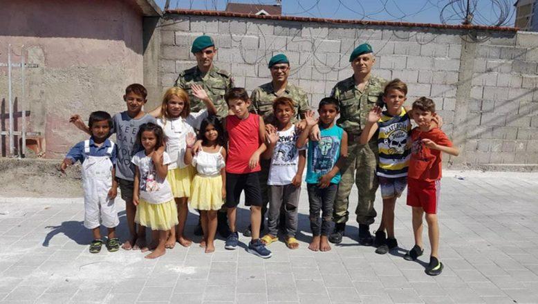 Mehmetçik'ten Kosovalı çocuklara bayramlık kıyafet yardımı