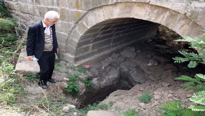 Tarihi köprünün ayaklarında define aramışlar