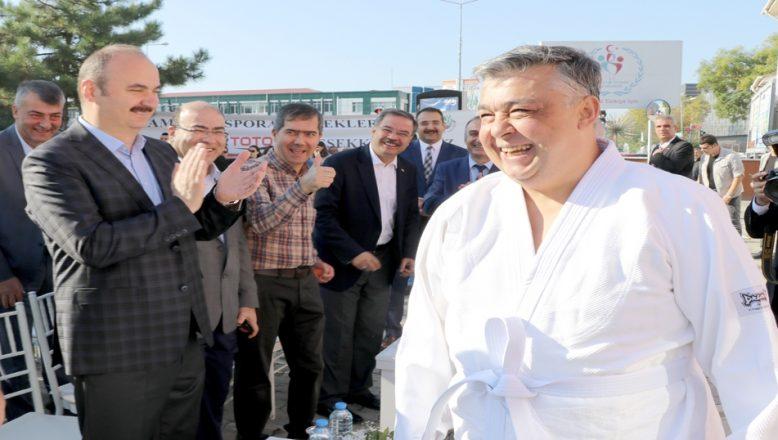 Vali yardımcısı açılışa 'judo' kıyafetiyle katıldı