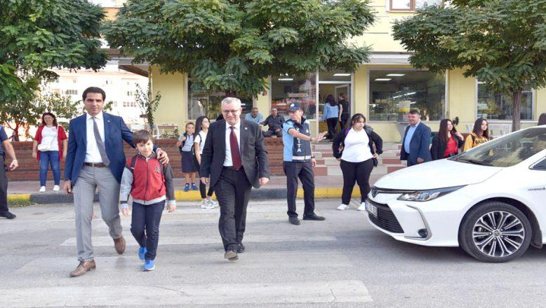 Belediye okul önlerinde yaya önceliğine dikkat çekti