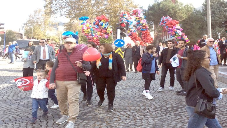 Çocuklar balona koştu