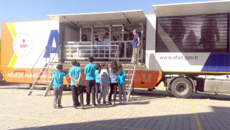 Öğrencilere deprem eğitimi verildi