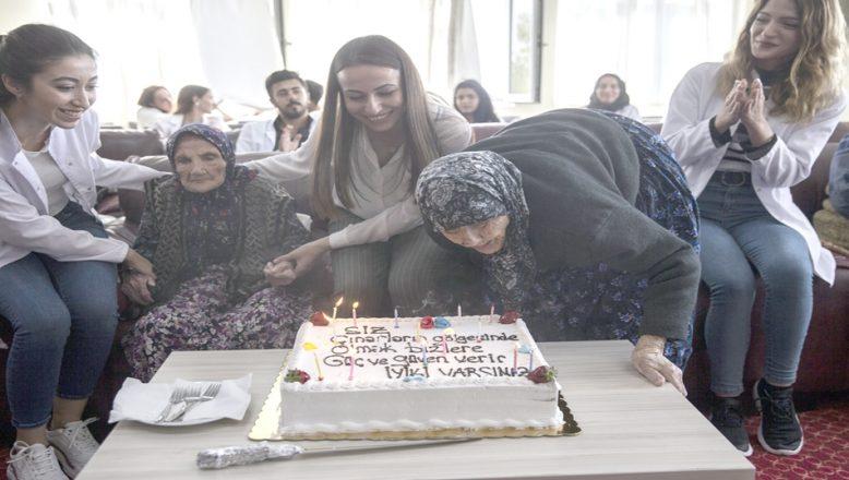 """Huzurevinde """"100'üncü yaş"""" kutlaması"""