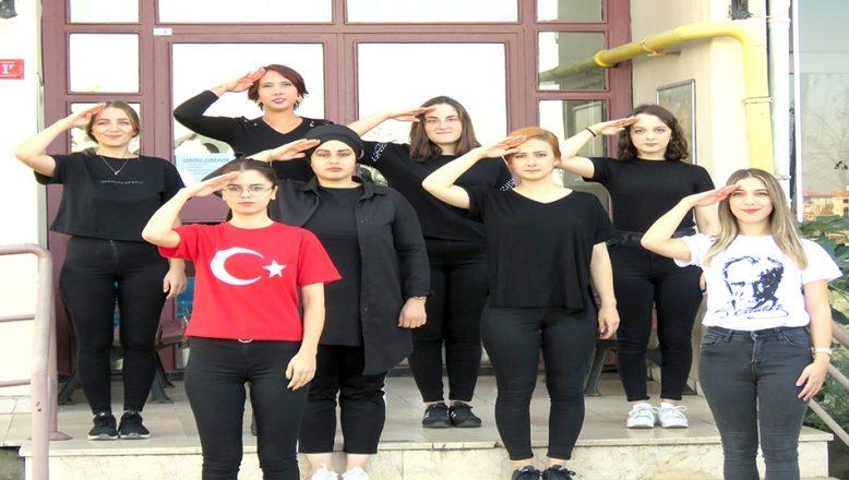 Mehmetçiğe işaret diliyle selam yolladılar