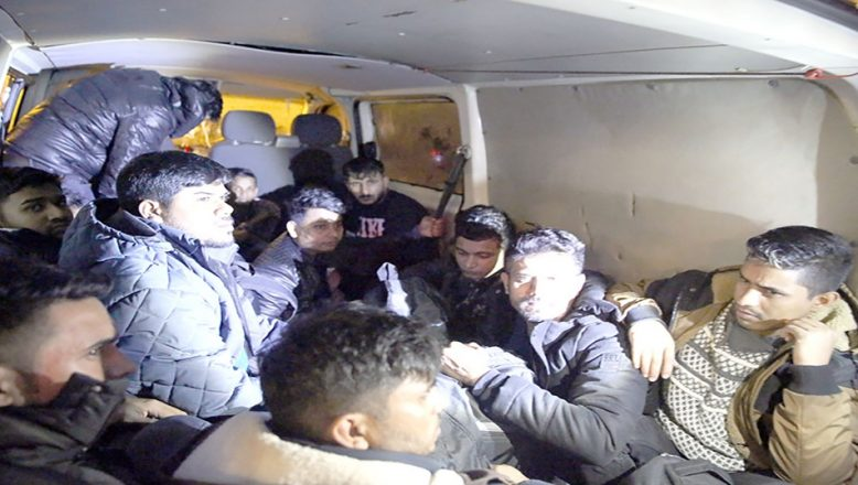 """""""Dur' ihtarına uymayan araçta 17 düzensiz göçmen yakalandı"""