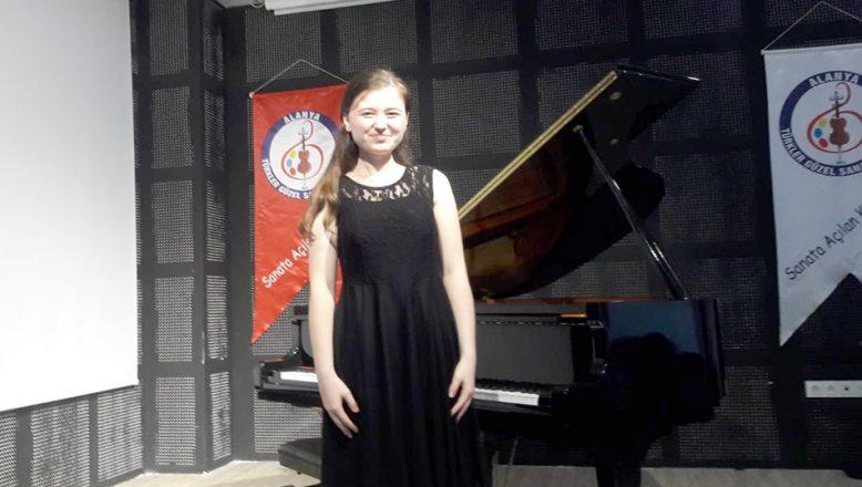 Klasik Müzik Yarışması'nda üçüncü oldu