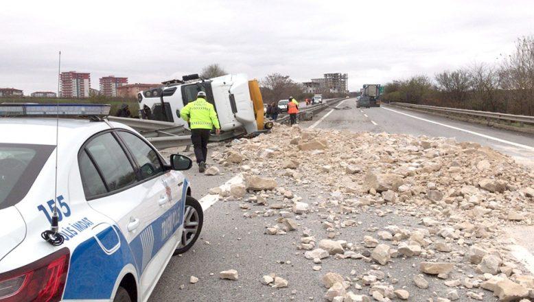 Taş yüklü kamyonun devrildi, yol kapandı