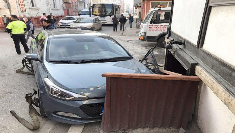 Otomobille servis minibüsü çarpıştı: 4 yaralı