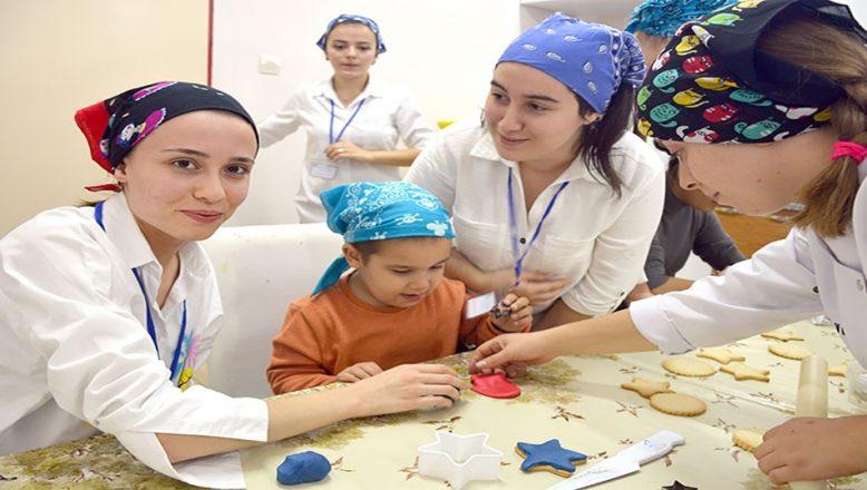 Gençler ve çocuklar kurabiye yaptı