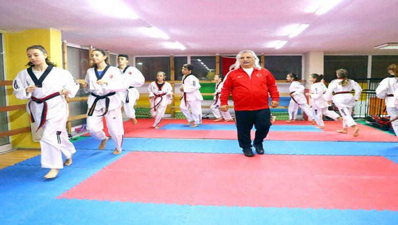 Doktorun taekwondocuları başarıya koşuyor