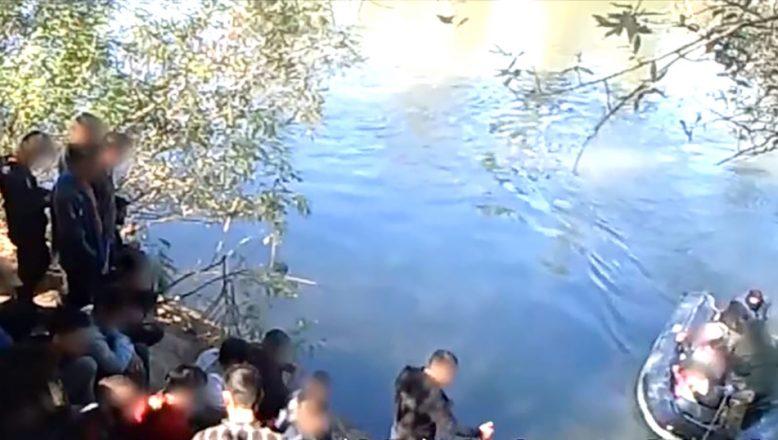 Düzensiz göçmenleri zorla geri gönderme görüntülerini yayınladı
