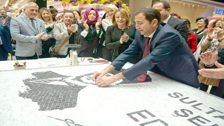5 bin taşla Atatürk resmedildi