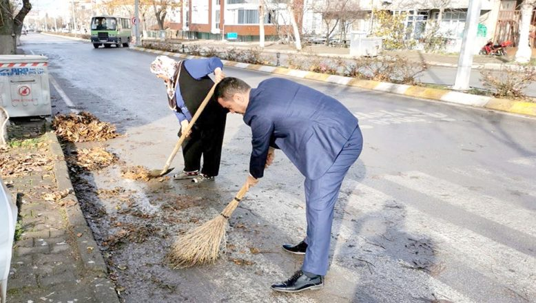 Başkan Balkan'dan süpürgeli sokak temizliği