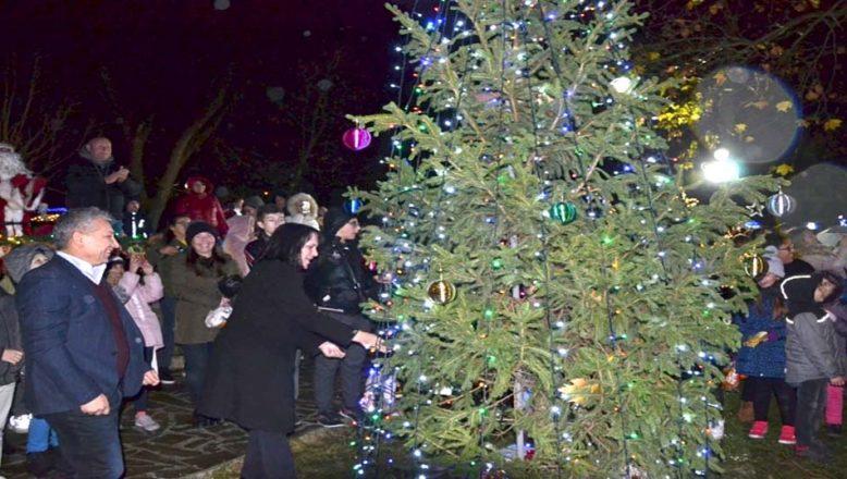 Noel Ağacı törenle ışıklandırıldı