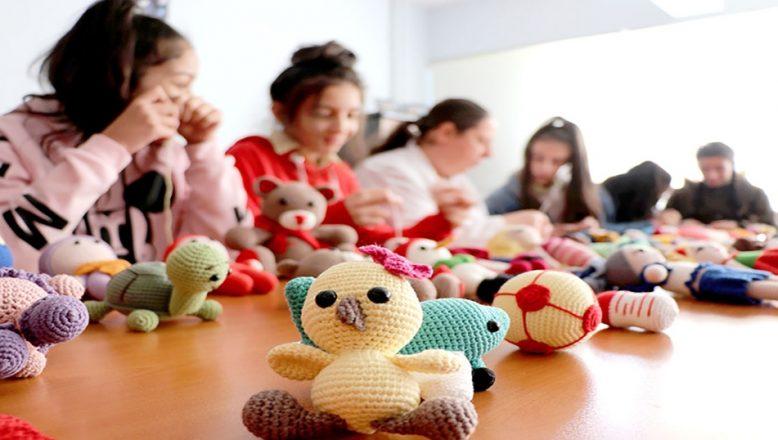 Okula oyuncak bebeklerle bağlandılar