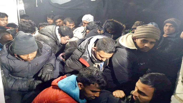 Ticari kamyonette 28 göçmen yakalandı