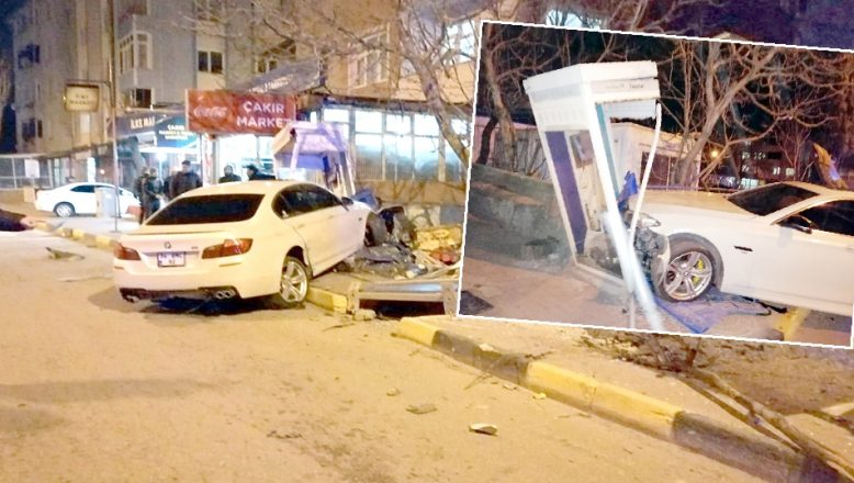 Otomobil telefon kulübesine çarptı: 3 yaralı
