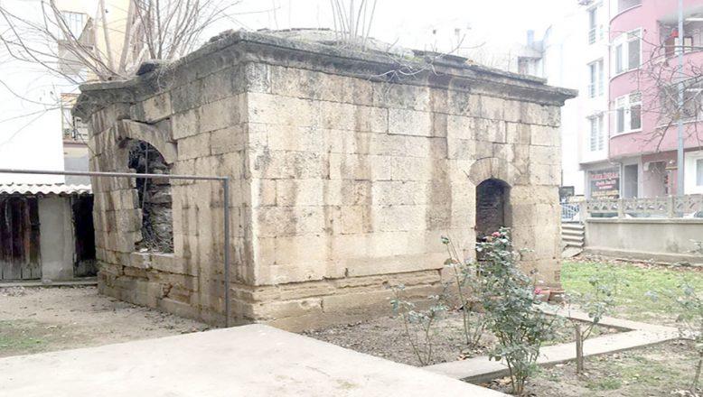 Tarihi türbe onarım bekliyor!