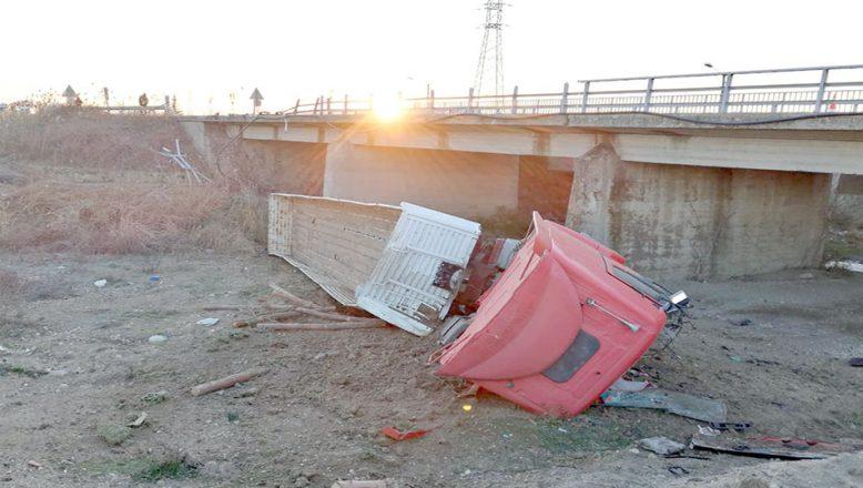 TIR köprüden aşağı uçtu