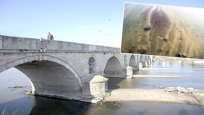 Asırlık ahşap köprünün ayakları günyüzüne çıktı