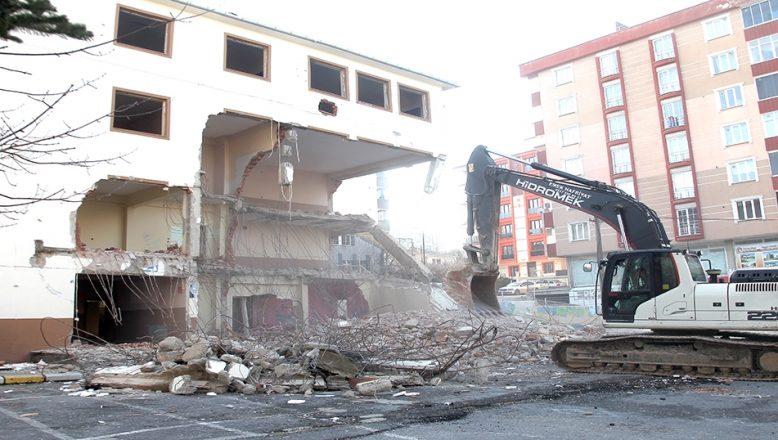 Depreme dayanıksız okul yıkıldı
