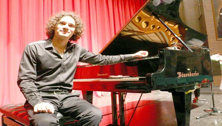 Çocukken tuşlarından etkilendiği piyanonun virtüözü oldu