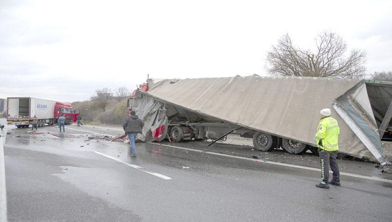 TIR kazası nedeniyle 3 saat ulaşım sağlanamadı