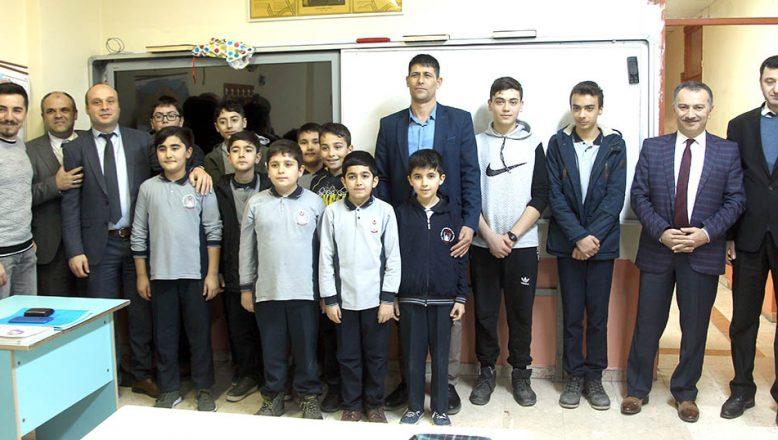 Ağabeyi, Ömer Halisdemir'in adının verildiği okulu ziyaret etti