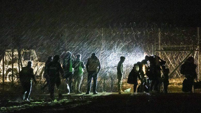 Sınırda göçmenlerin bekleyişi sürüyor