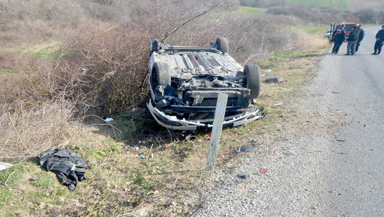 Düzensiz göçmenleri taşıyan otomobil devrildi: 8 yaralı
