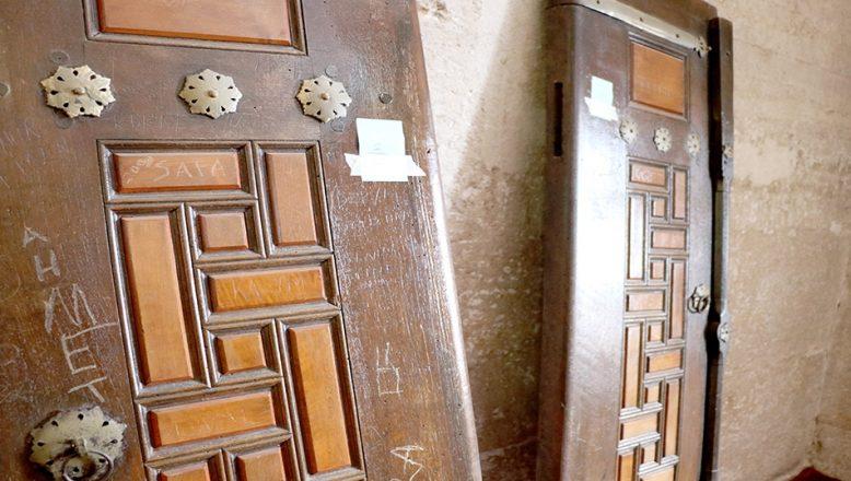 Tarihi Selimiye Camii'nin kepenklerine isim kazımışlar