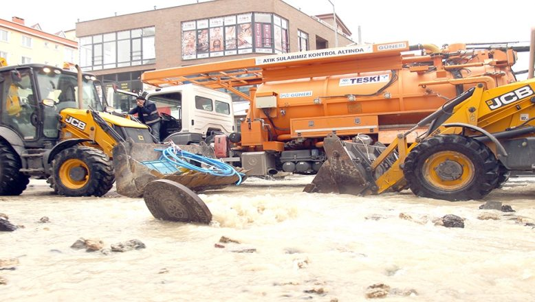 Ana su borusu patladı, cadde göle döndü