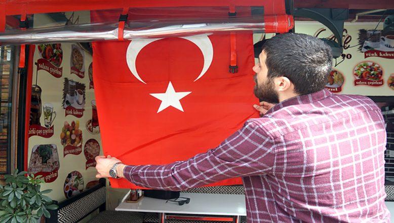 Dükkanlar Türk bayraklarıyla donatıldı