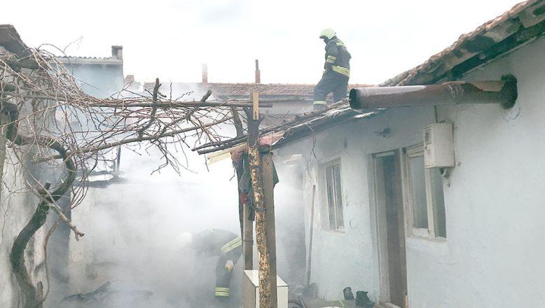 Mahallelinin müdahalesi evi tamamen yanmaktan kurtardı