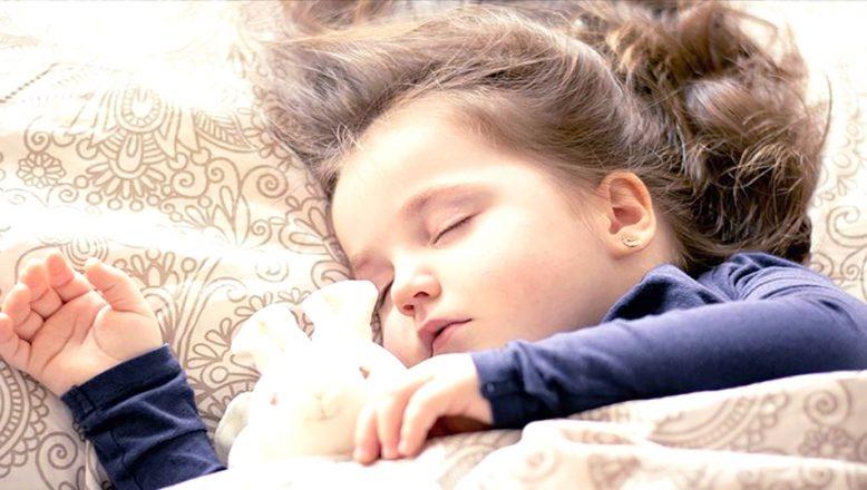 """""""Uyurken sürekli üstünü açan çocuklarla ilgili uyarı"""""""