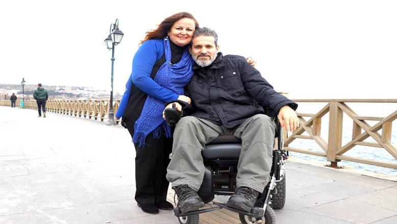 Engelli eşinin elini, 20 yıldır bırakmadı