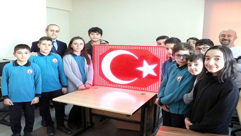Mehmetçiğe moral için led animasyonlu Türk Bayrağı yaptılar