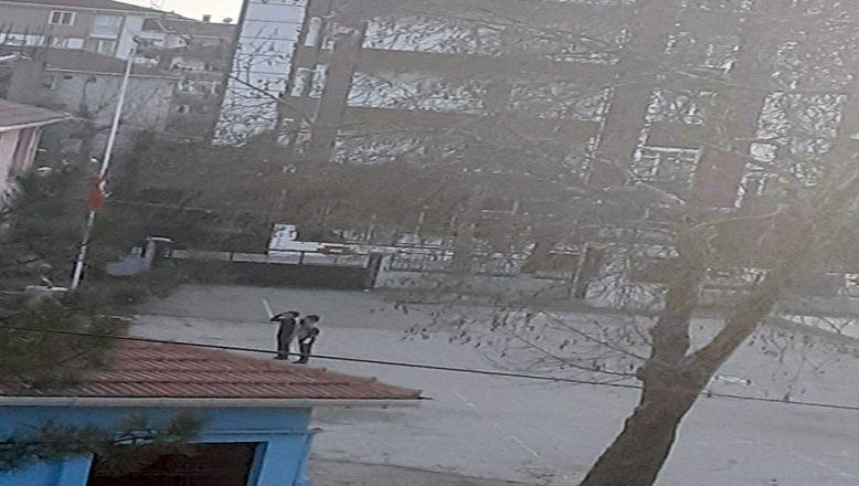 Türk Bayrağını selamlayıp, göndere çektiler