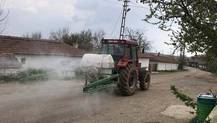 Köyler tarım araçlarıyla dezenfekte ediliyor
