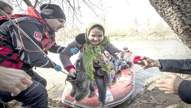 Adacıkta mahsur kalan göçmenleri AFAD kurtardı