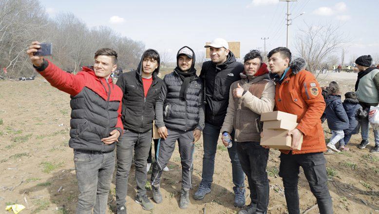Ünlü oyuncu göçmenlere yardım dağıttı