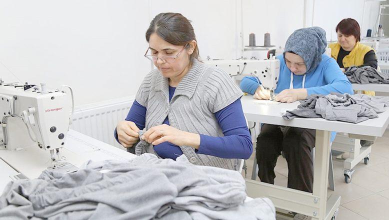 Mülteci çocuklar için kıyafet dikiyorlar