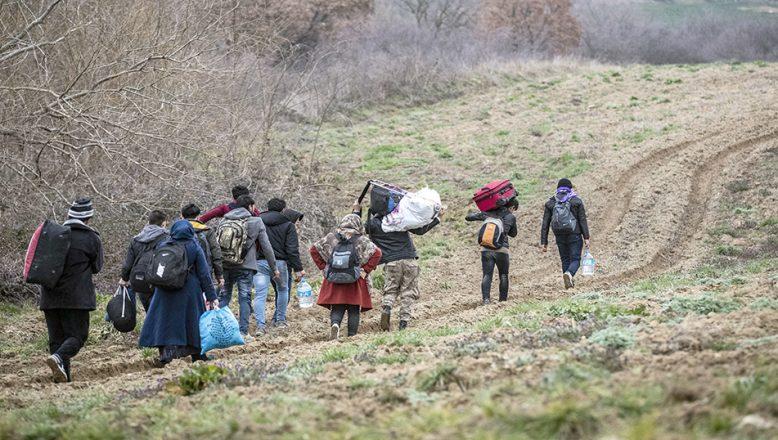 Tarlaları aşarak sınıra ulaşıyorlar