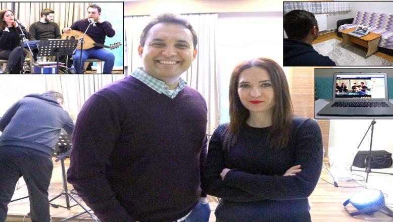 Müzisyen çift, evlere 'Facebook' üzerinden konuk oluyor