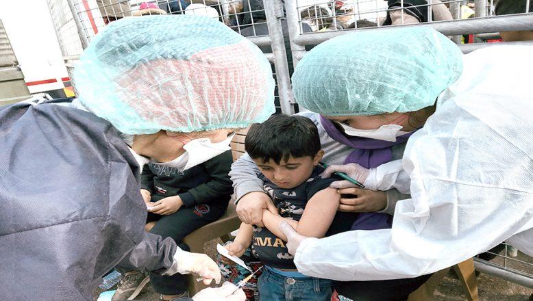 Sığınmacı çocuklara aşı yapılıyor