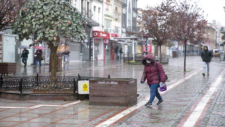Yağışlı hava sokaklarda insan yoğunluğunu azalttı