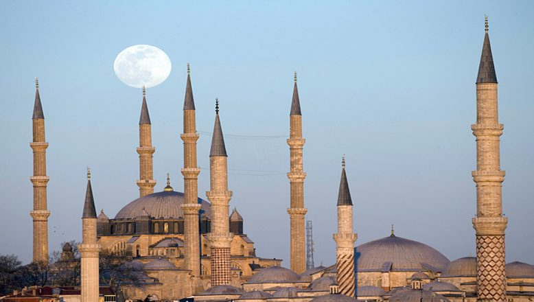 Selimiye Camii, dolunayla kartpostallık manzaralar oluşturdu