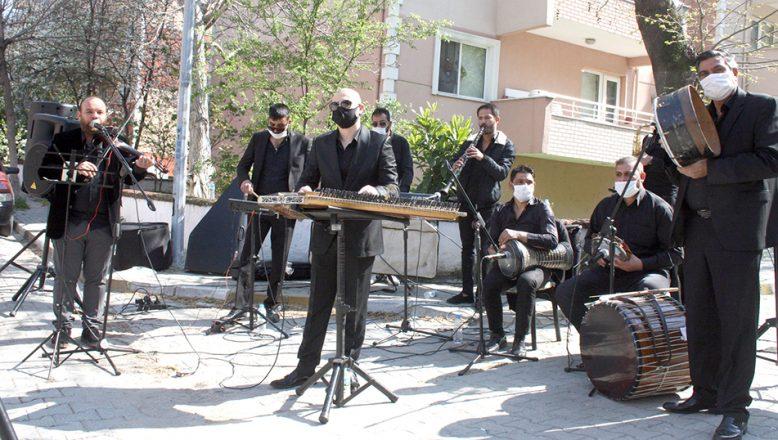 Sokakta mini konserler düzenleniyor